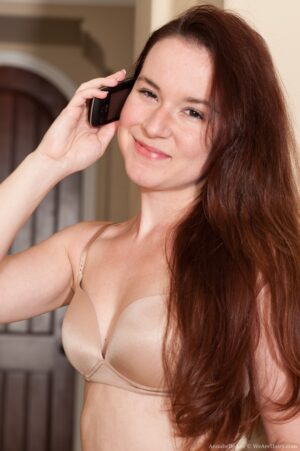 Untrimmed stunner Annabelle Lee Plays on the Phone