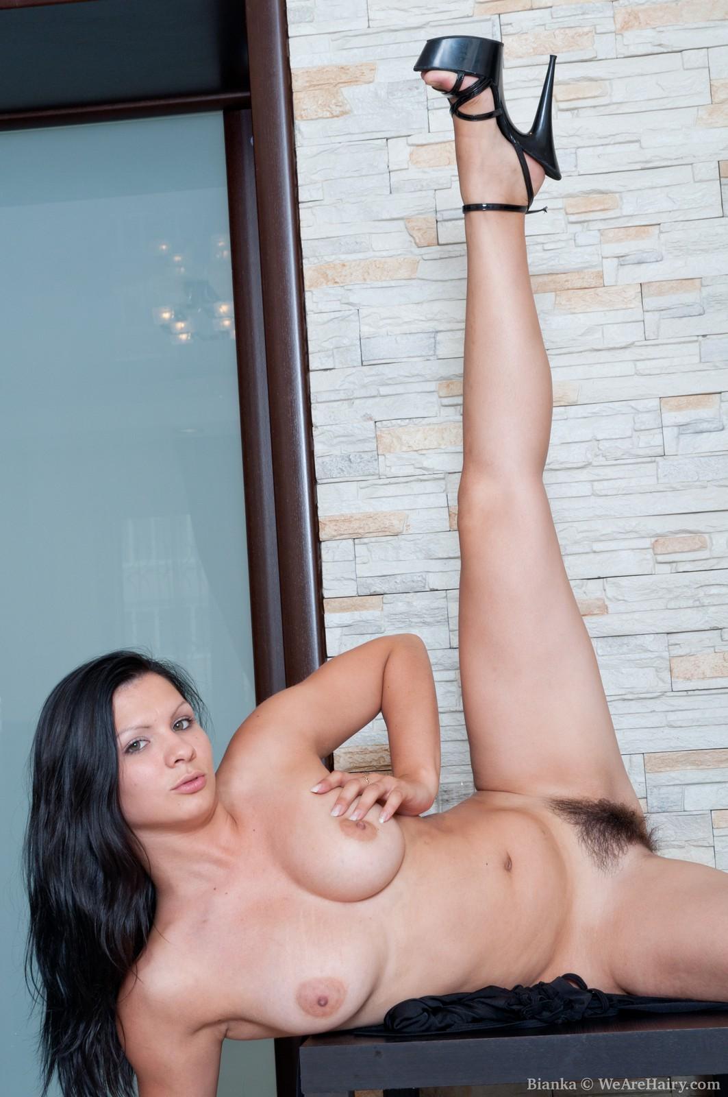 показывает свои ножки бьянка голая