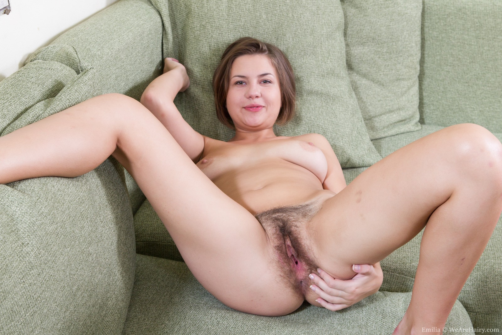 Между ног женщину