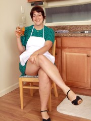 Gwyneth Bares her Bush in the Kitchen